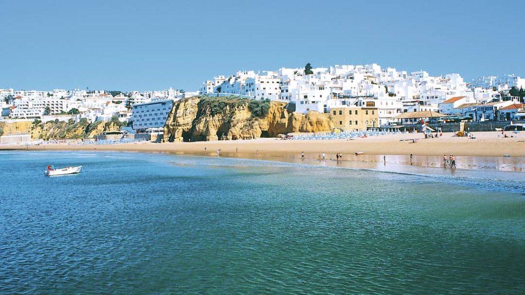 Албуфейра, Португалия. Её городские пляжи Пенеку и душ Пешкадореш