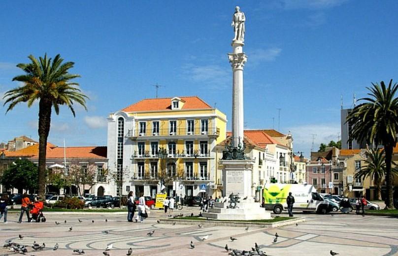 Памятник известному португальскому поэту в центре города Сетубал